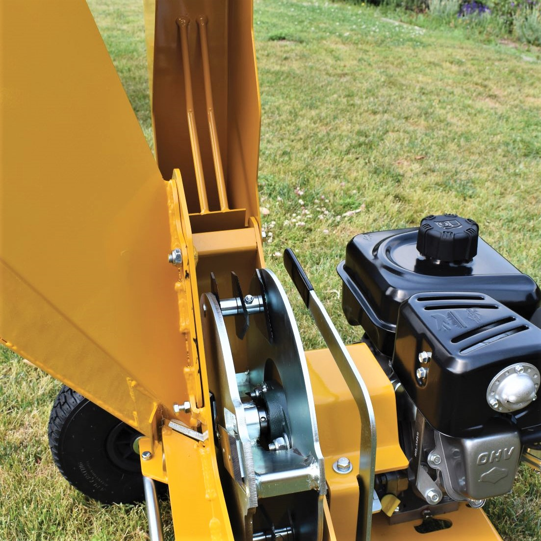 TIGER Chipper Shredder reduces garden waste to a consistent fine mulch with help of fixed gates